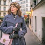 RetroCat unterwegs in Paris mit rosa Handtasche und grauem Mantel