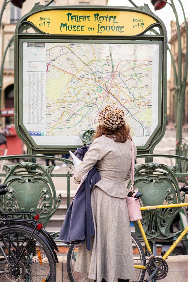 RetroCat mit einem grauen Kostüm von Ginger Jackie in Paris