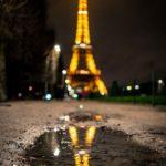 Spiegelung des Eiffelturms in einer Pfütze