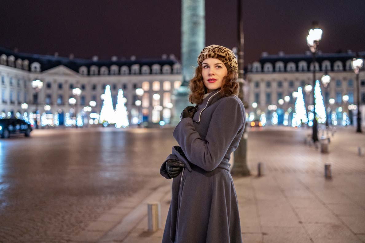 RetroCat mit einem eleganten Mantel auf dem Place Vendome