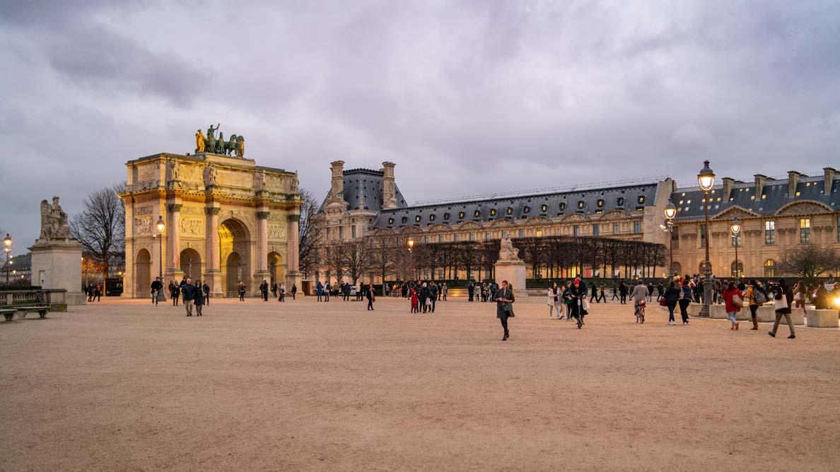 Der Park in Paris vor dem Louvre