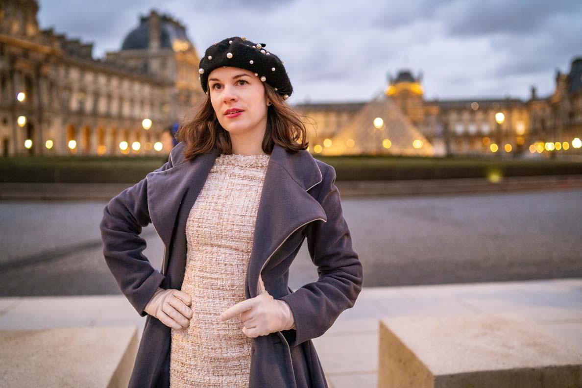 RetroCat in einem Winter-Outfit für Paris vor dem Louvre