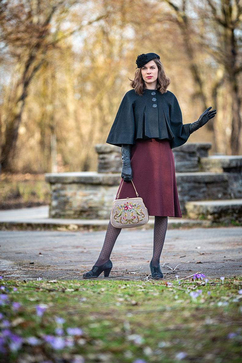 Retro-Outfits für die Übergangszeit: RetroCat mit rotem Kleid und schwarzem Cape