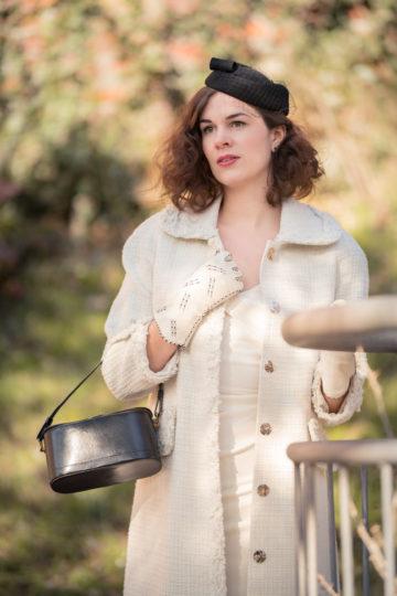 RetroCat mit einem weißen Mantel von Ginger Jackie für die Übergangszeit