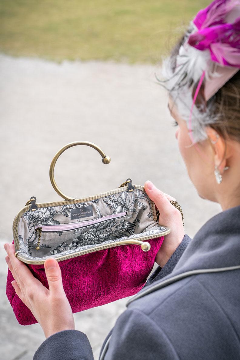 RetroCat mit einer eleganten Clipbügeltasche von Nadja Christner