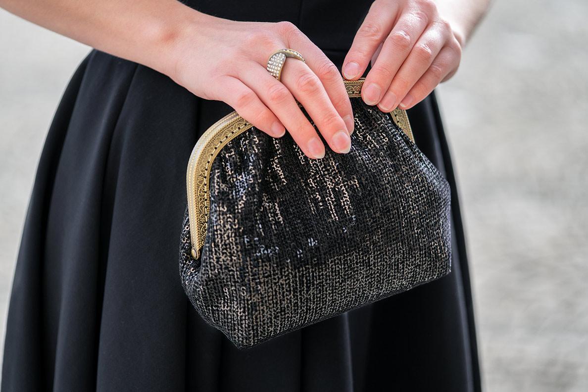 RetroCat mit einer eleganten, glitzernden Abendtasche