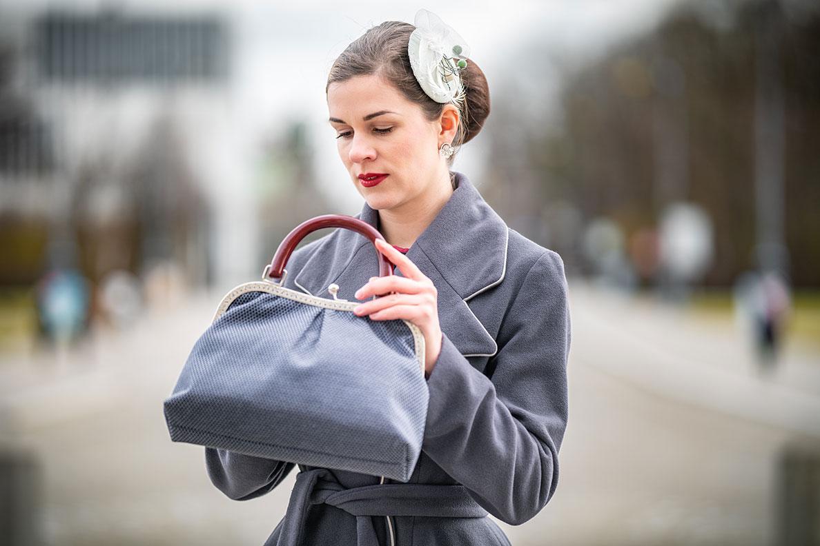 RetroCat mit einer eleganten Retro-Handtasche von Nadja Christner