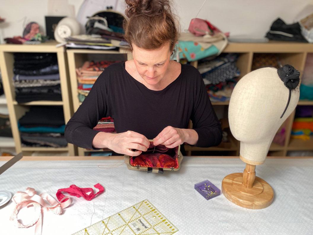 Blick ins Atelier von Nadja Christner Taschen und Fascinators