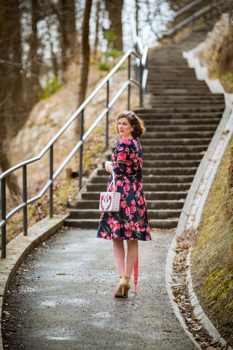 RetroCat in einem Retro-Kleid mit Tulpenmuster für den Frühling