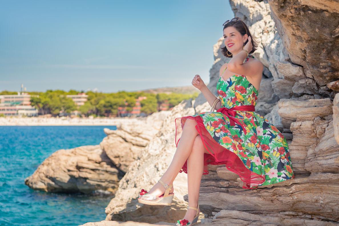 RetroCat mit einem bunten Tellerrock-Kleid von Atelier Belle Couture