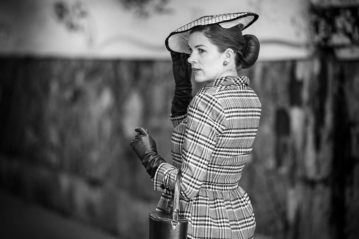 Lieblingsstücke: RetroCat mit langen Lederhandschuhen und einem Vintage-Hut