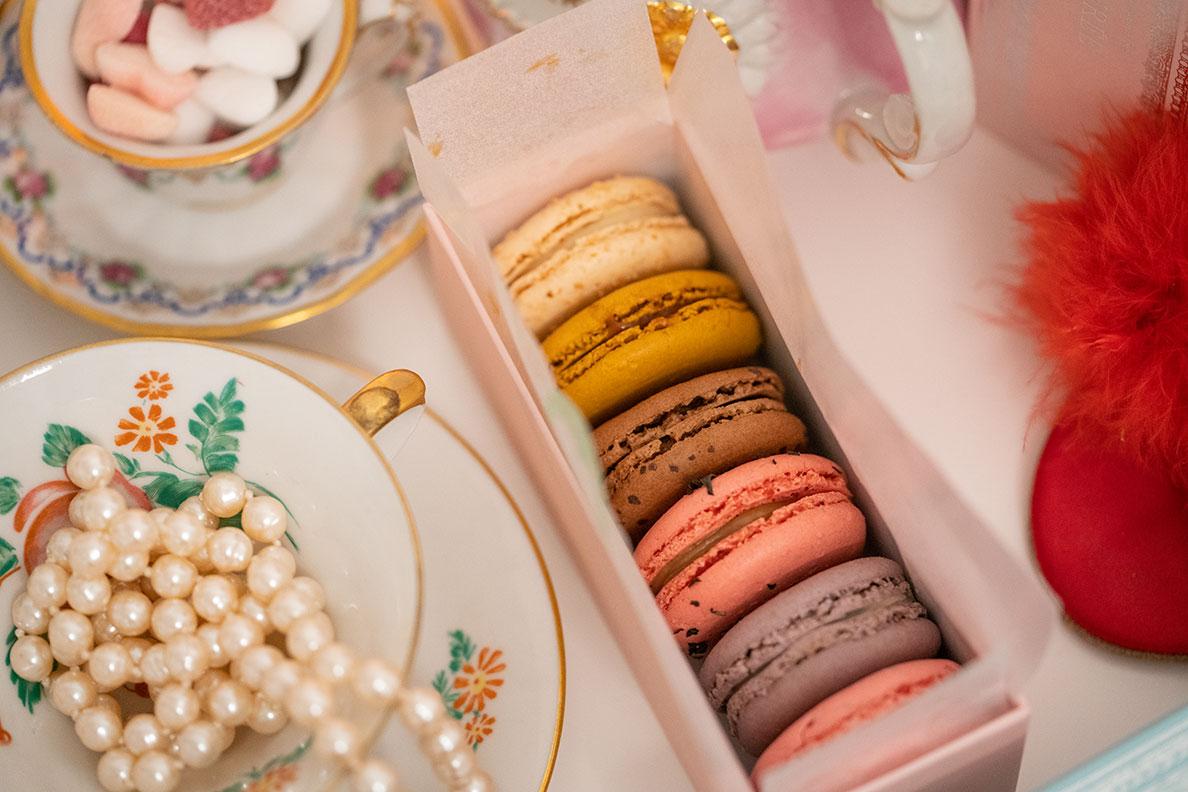 Farbenfrohe Macarons von Ladurée auf RetroCats Tisch