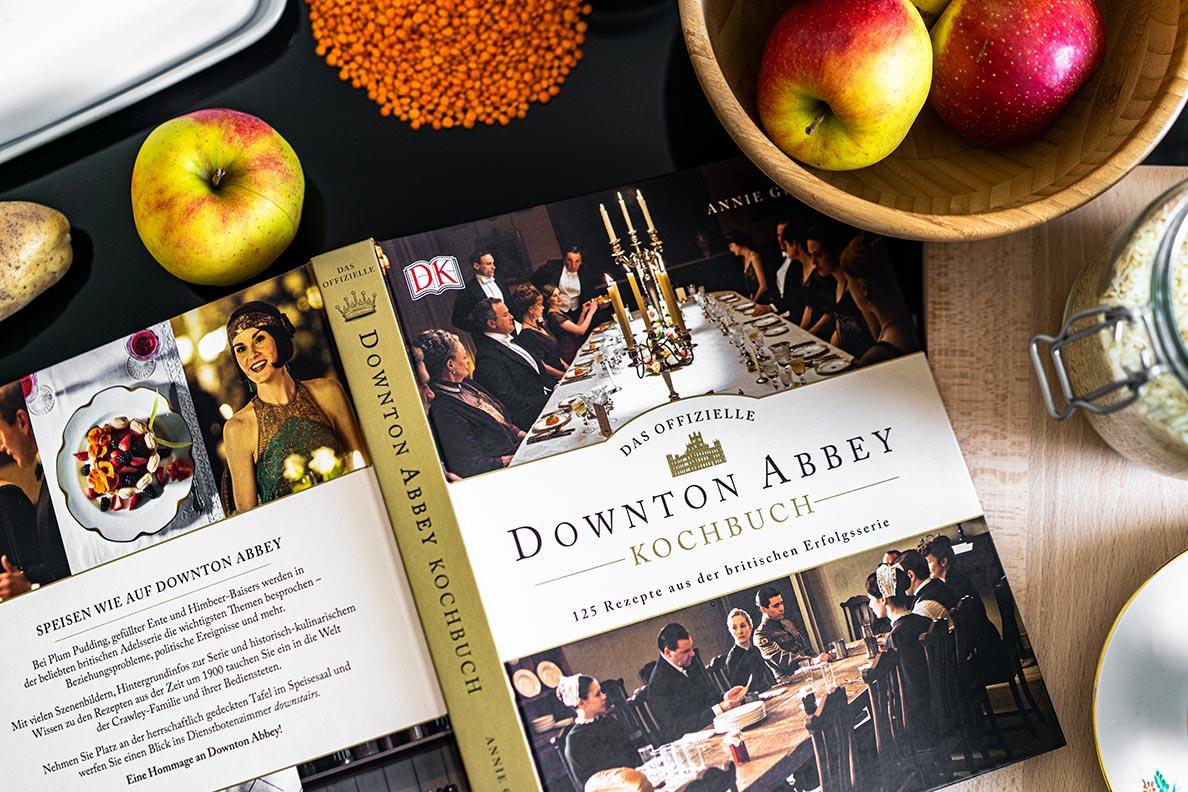 Das offizielle Downton Abbey Kochbuch auf einer Arbeitsplatte in der Küche