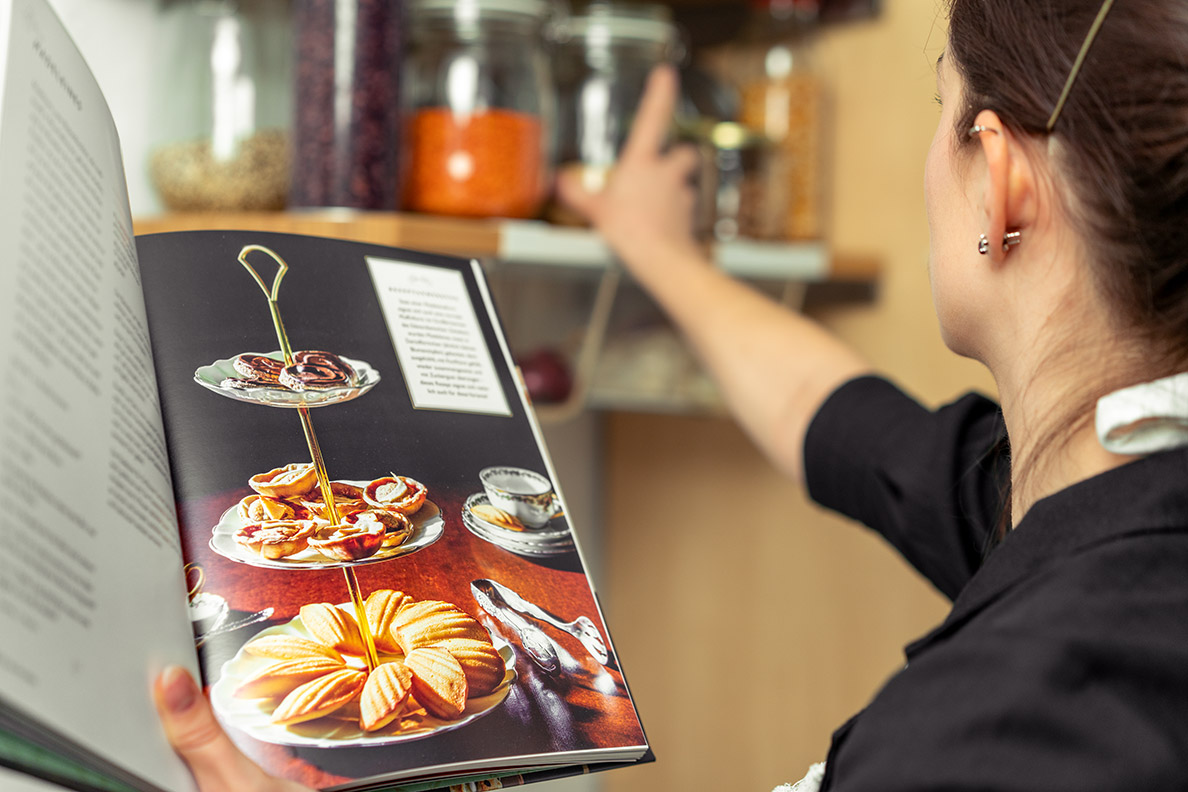 RetroCat beim Zubereiten eines Rezeptes aus dem Downton Abbey Kochbuch