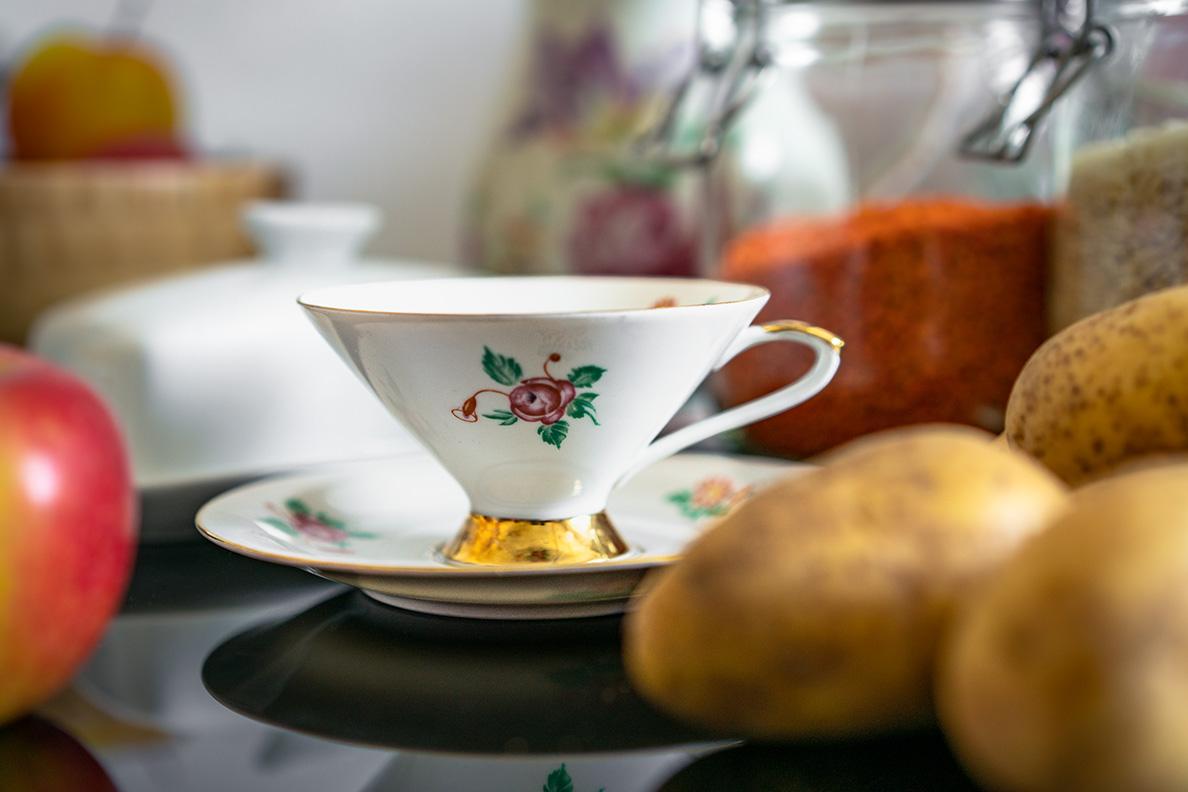 Eine alte Teetasse von RetroCat auf dem Küchentisch