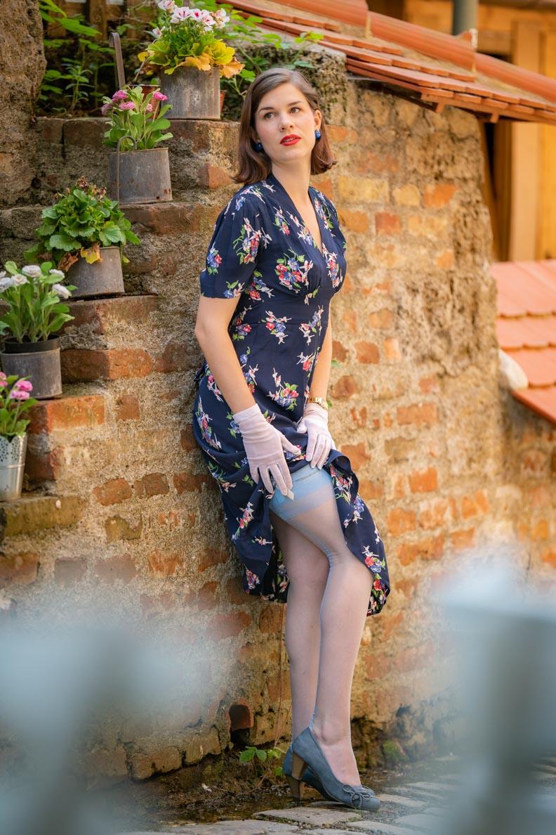 RetroCat mit farblich passenden Nylons zum blauen Kleid im Stil der 1940er