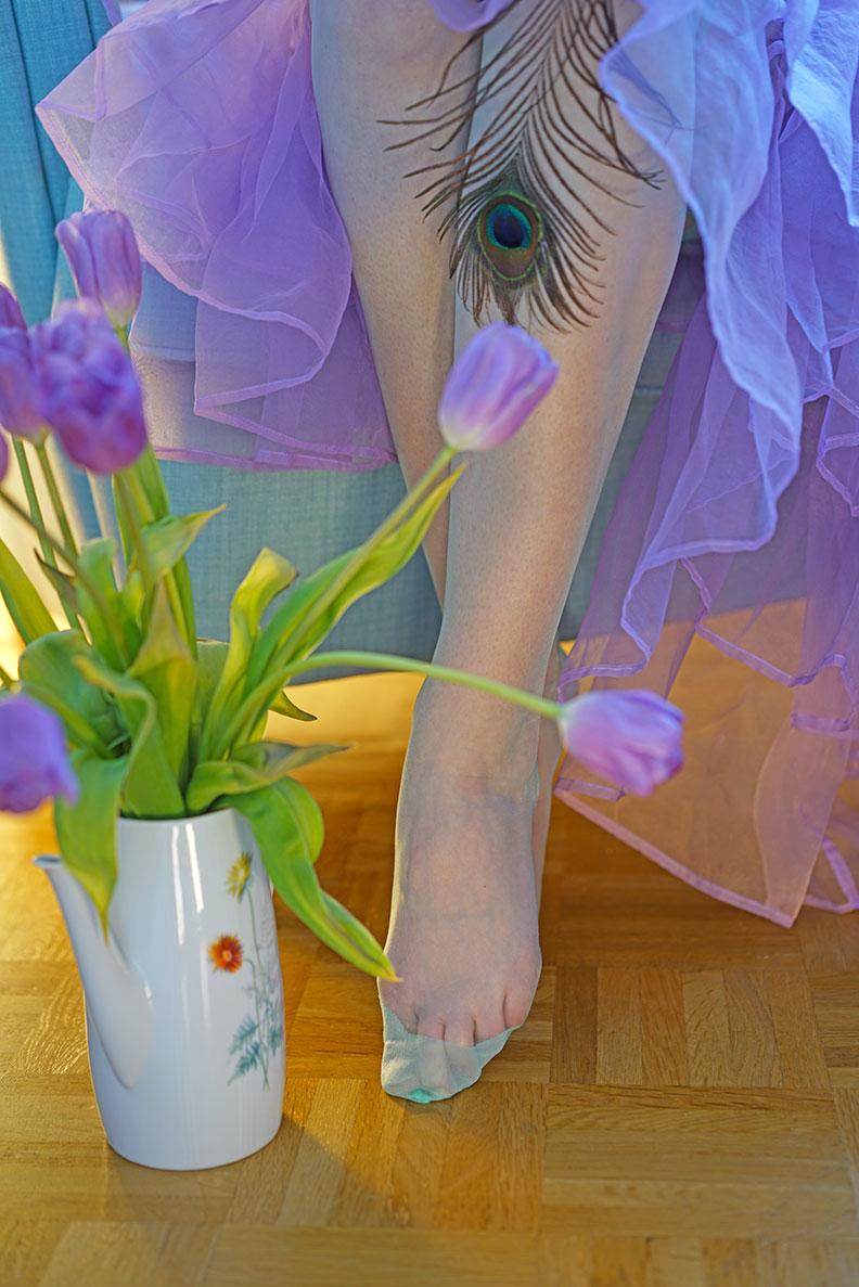RetroCat mit bunten Nylonstrümpfen und einem Petticoat