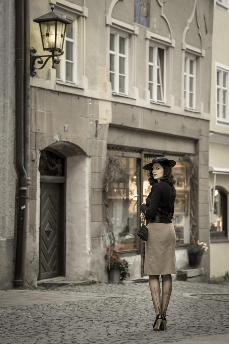 RetroCat mit einem Outfit im Stil der 1940er-Jahre und Nylonstrümpfen