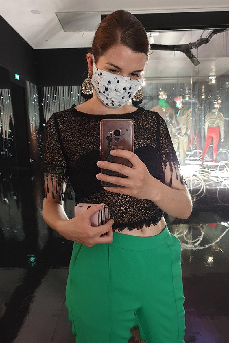 RetroCat mit Retro-Outfit und stylisher Maske auf einer Ausstellung
