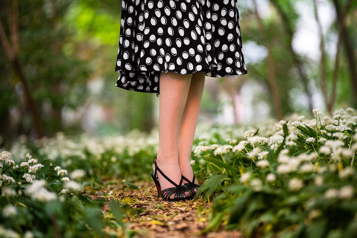 RetroCat mit Vintage-Sandalen und Nylons von Secrets in Lace