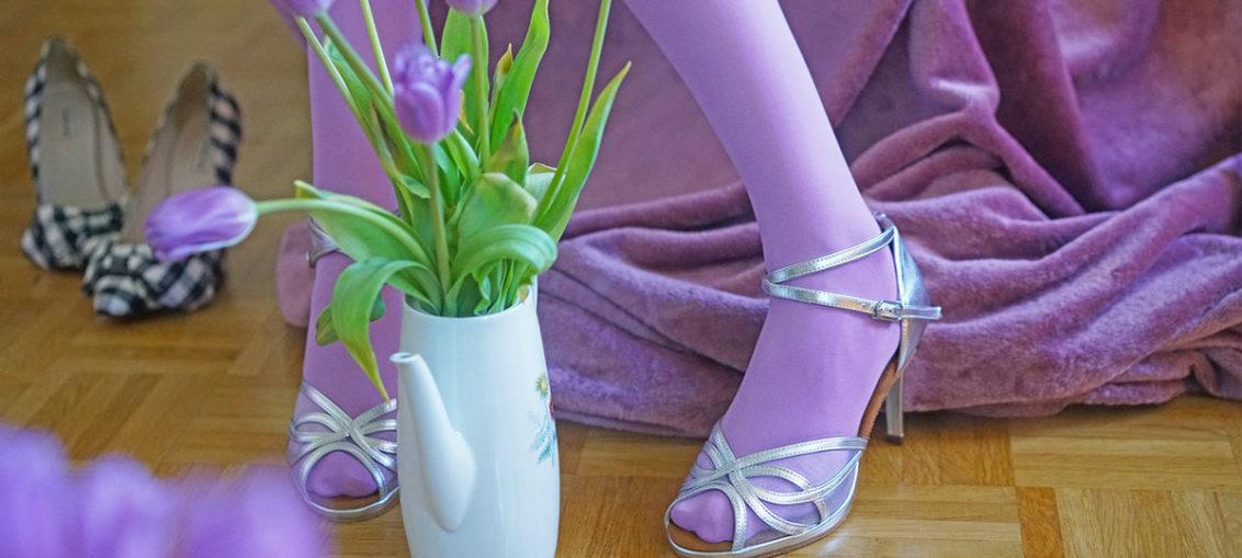 Nylons, Strümpfe und Strumpfhosen in offenen Schuhen tragen
