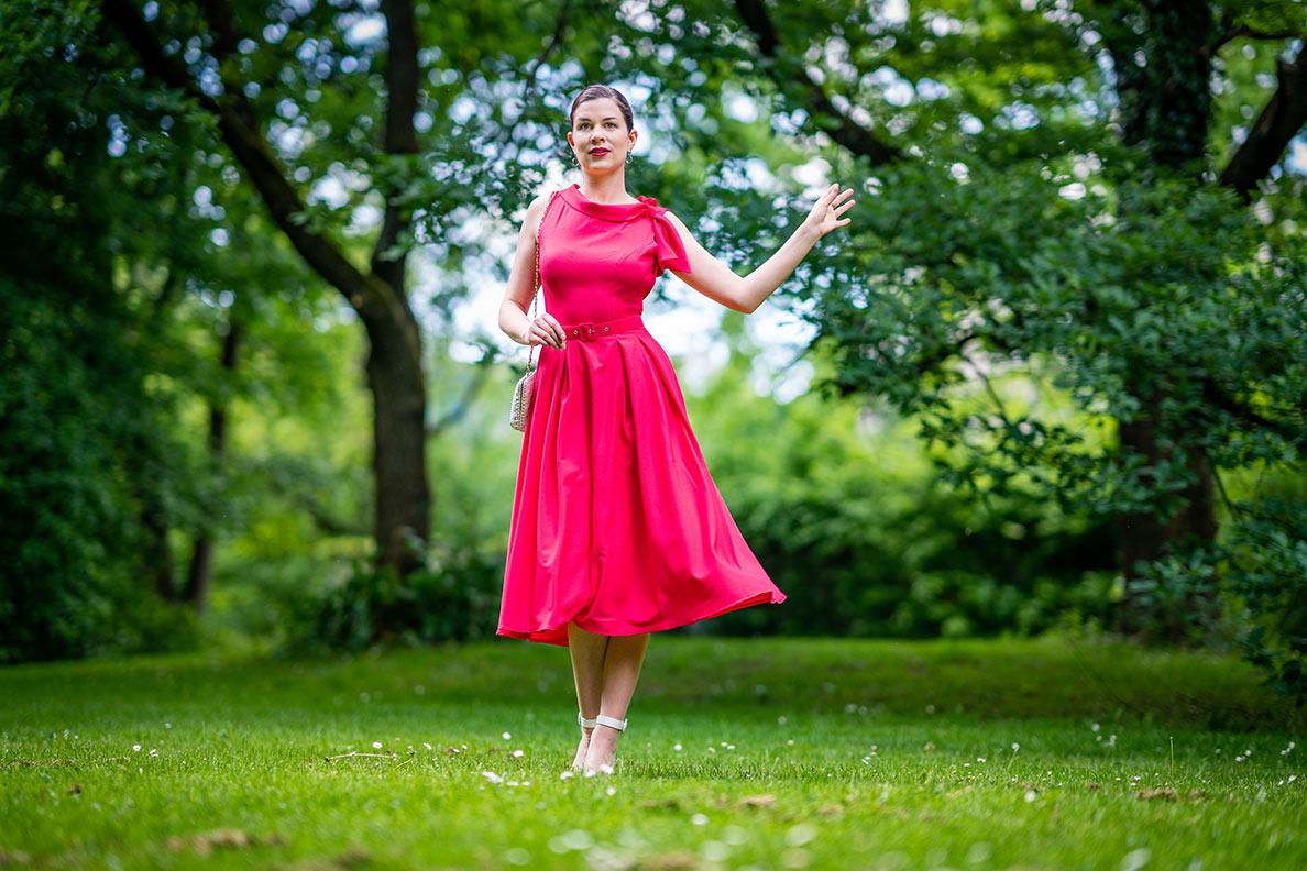 RetroCat mit dem Thelise-Coral Dress von Miss Candyfloss in einem Park