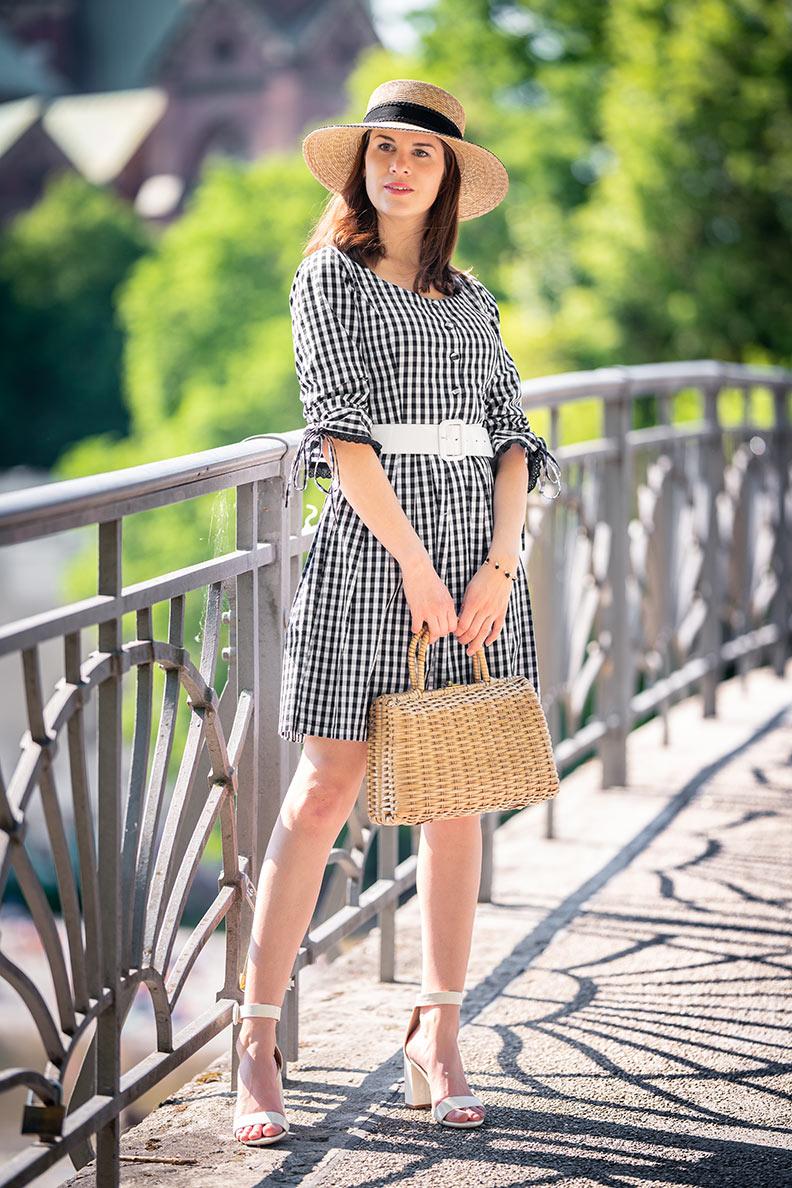 RetroCat mit einem sommerlichen Gingham-Kleid von l'école Des Femmes in München