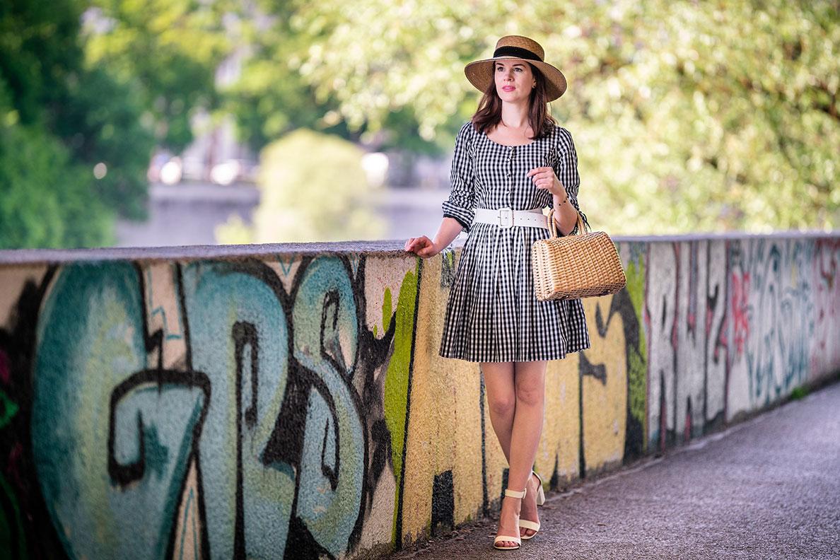 Gingham-Kleider für den Sommer: RetroCat mit Vichykaro-Kleid und sommerlichen Accessoires