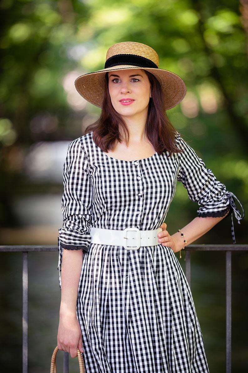 60er-Jahre-Outfit für den Sommer: RetroCat mit Gingham-Kleid und weißem Gürtel
