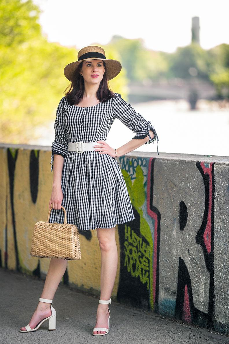 Sommer-Outfit: Fashion-Bloggerin RetroCat mit Vichykaro-Kleid und weißen Sandalen