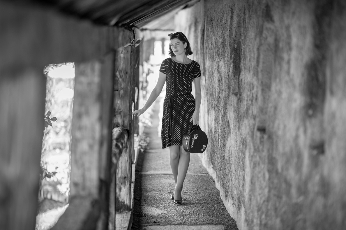 Günstige Sommerkleider im Retro-Stil: RetroCat in einem Kleid mit Polka-Dots