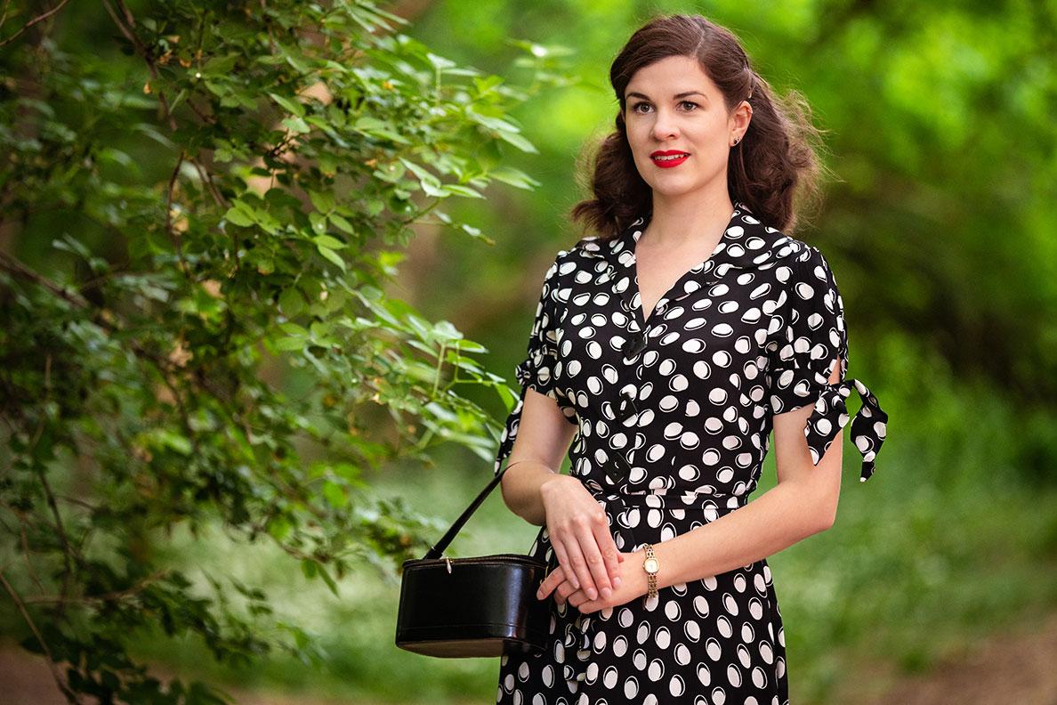 Günstige Sommerkleider: RetroCat in einem schwarz-weißen Kleid im Park