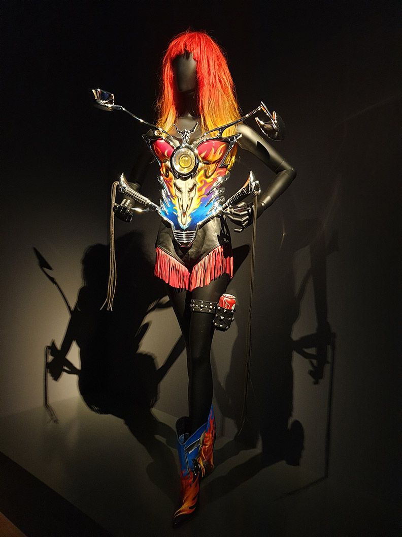 RetroCat visiting the Thierry Mugler exhibition: The outfits from the music videos of Too Funky