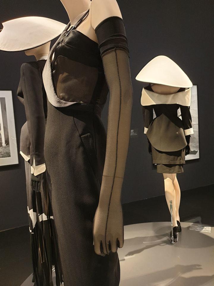 Nylonhandschuh von Thierry Mugler - zu sehen in der Kunsthalle München