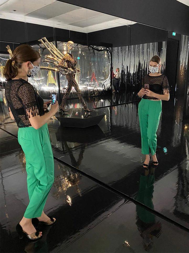 RetroCat mit Caprihose, Top und Maske in der Kunsthalle München