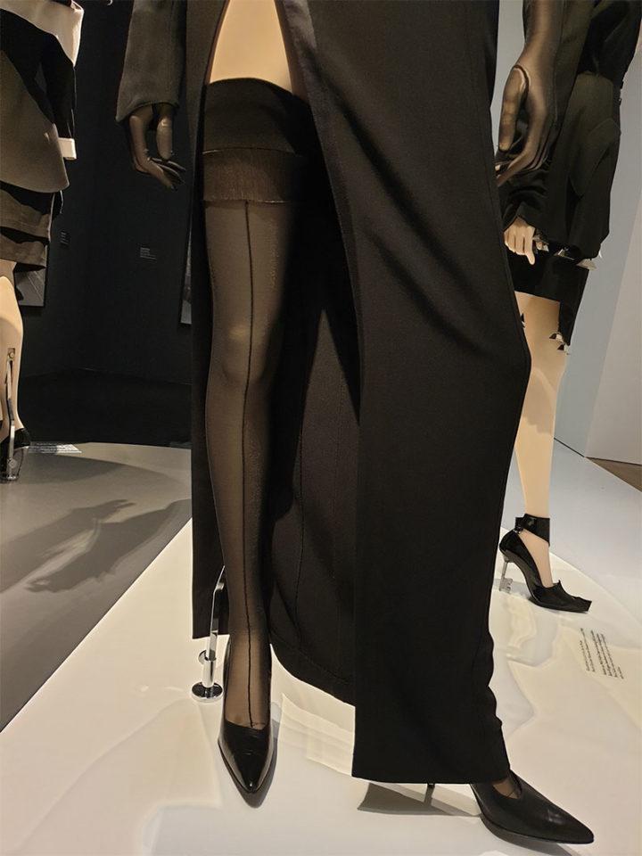 Detailansicht eines Outfits von Thierry Mugler bei der Ausstellung in München