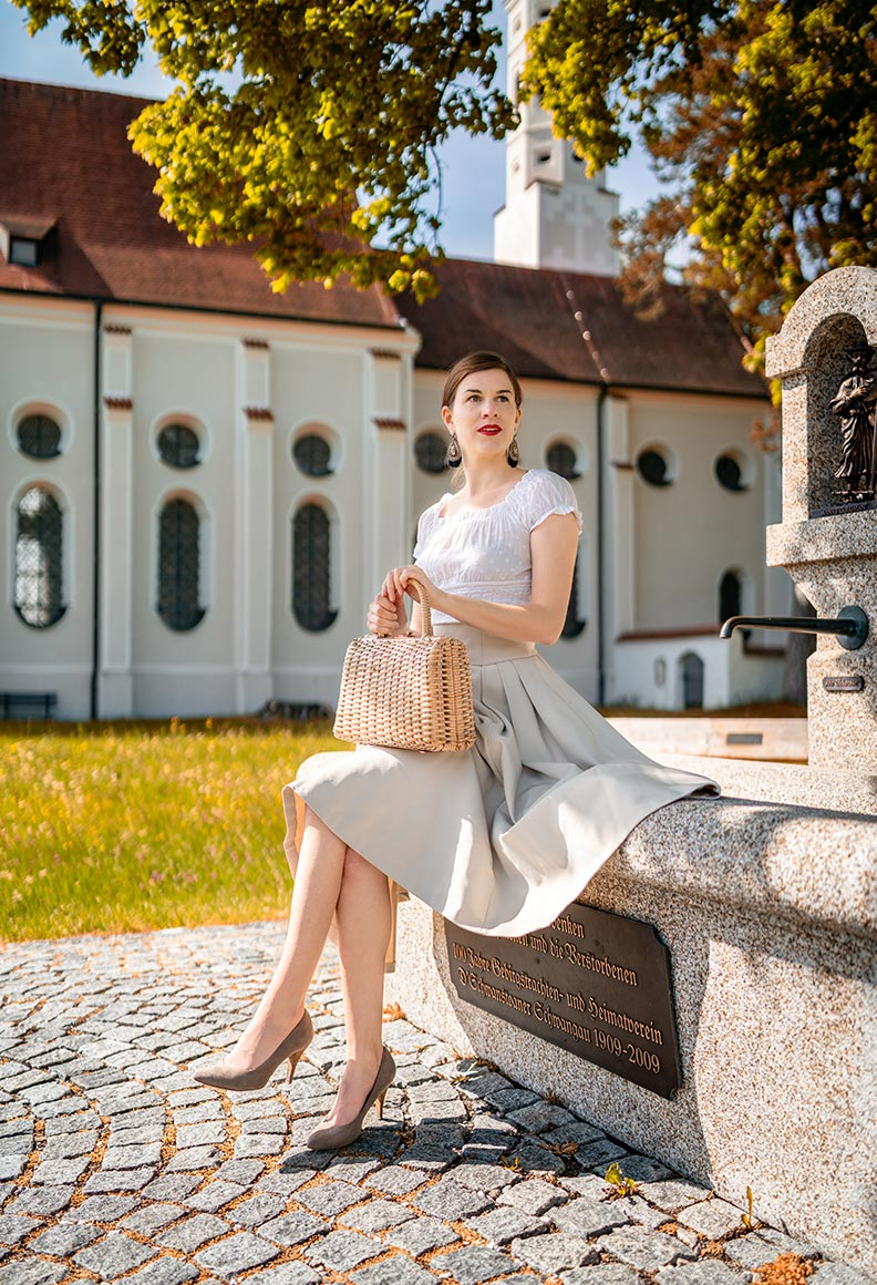 RetroCat mit romantischem Top, Retro-Rock und Vintage-Accessoires in Hohenschwangau