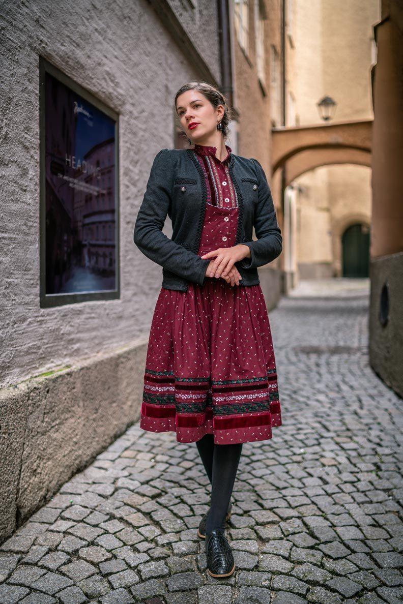 RetroCat in einem romantischen Trachtenkleid namens Gretl von Lena Hoschek