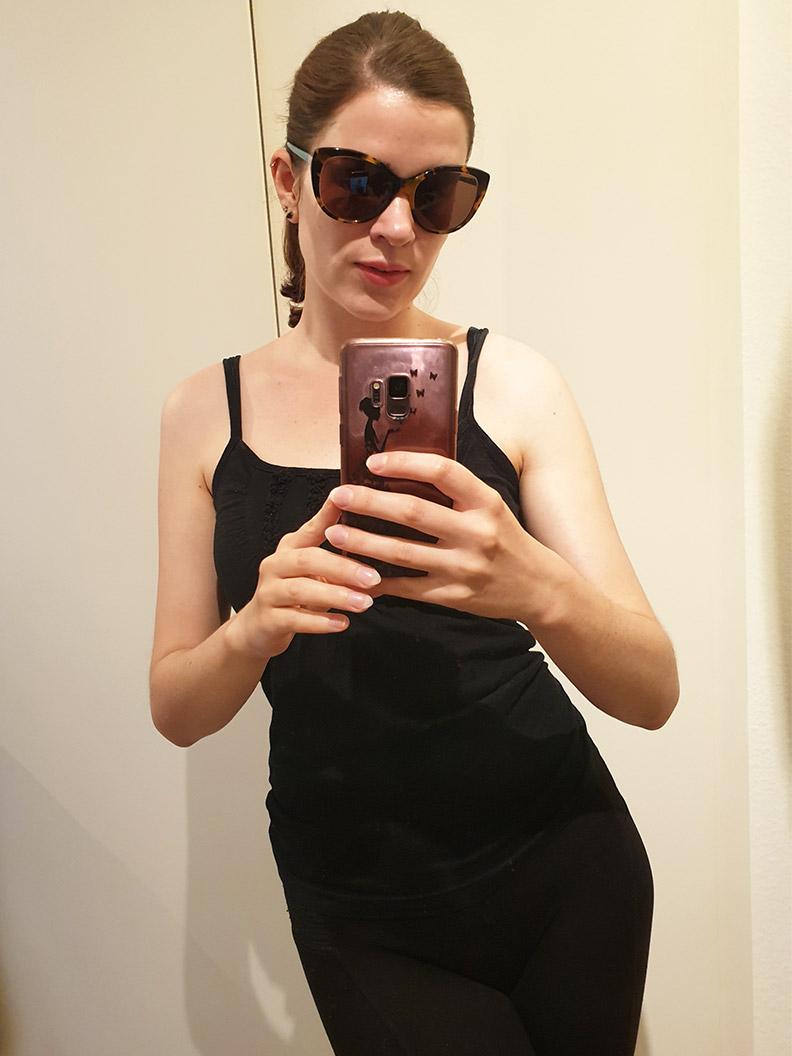 RetroCat mit schwarzen Sportklamotten und einer großen Sonnenbrille
