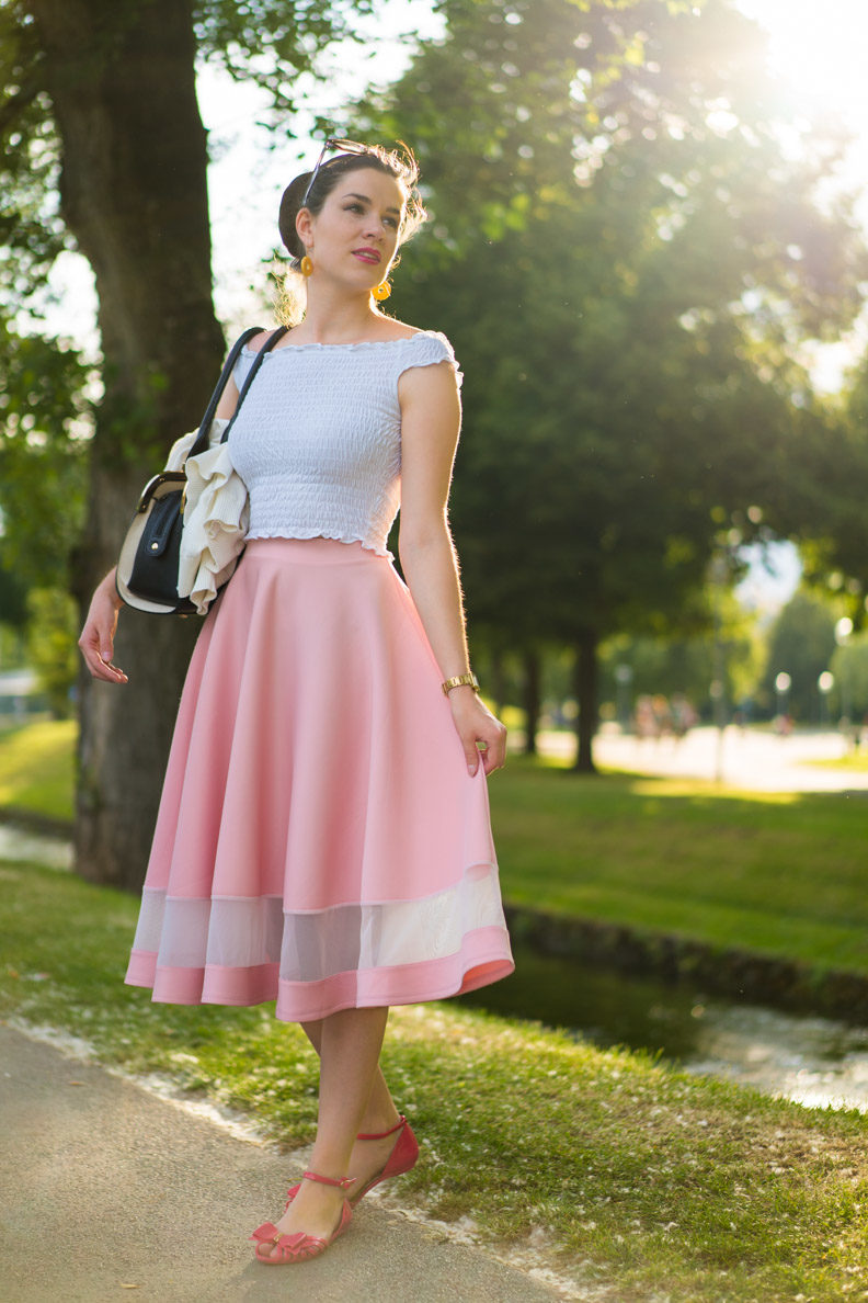 How to style crop tops: RetroCat with a white top and pink skirt in Munich
