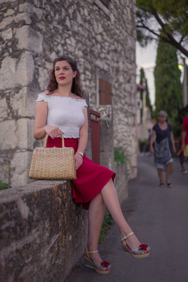 How to style crop tops: RetroCat with a swing skirt, top, and basket bag in summer