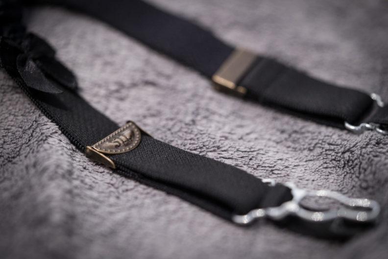 Zwei Strapsbänder/Halter in der Detailaufnahme