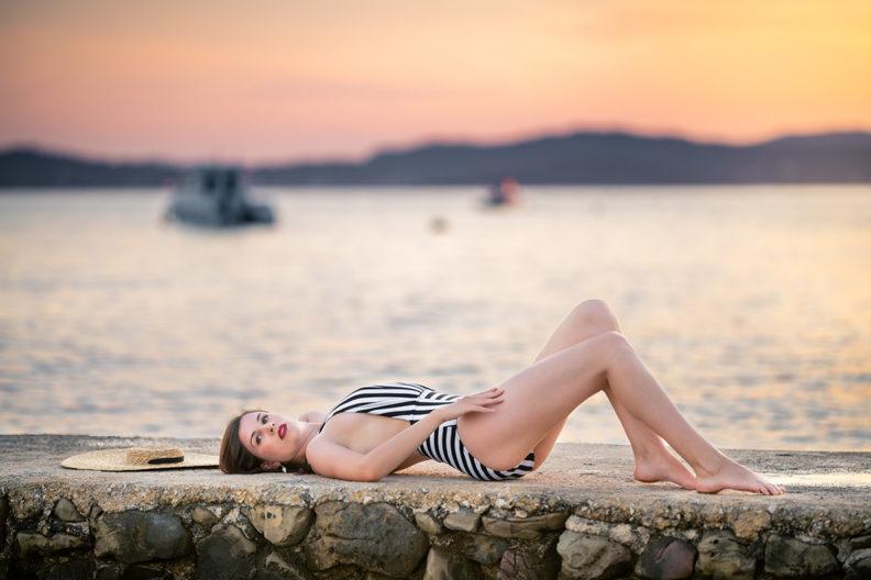 RetroCat in einem spektakulären Badeanzug an der Küste Kroatiens