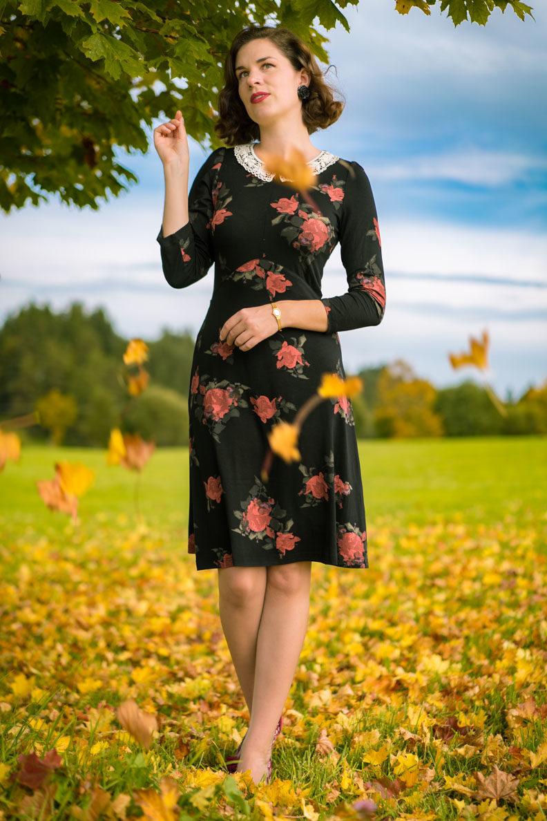 RetroCat in einem bequemen Kleid mit Rosenmuster im Herbst