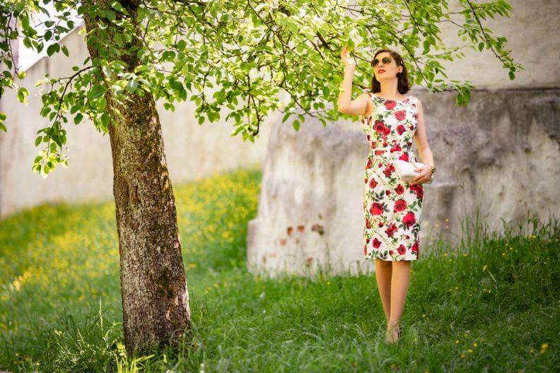 RetroCat in einem weißen Kleid mit roten Rosen von Dolly and Dotty unter einem Baum
