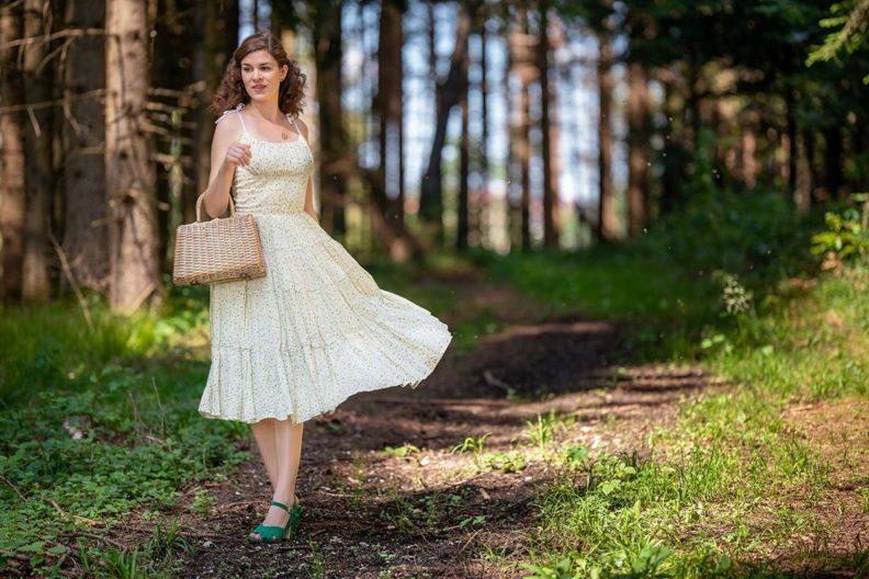 RetroCat mit einem schwingenden Sommerkleid im Vintage-Stil auf dem Land