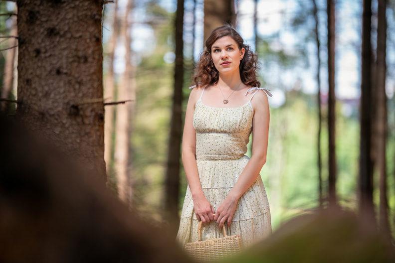 RetroCat bei einem entspannten Waldspaziergang in einem Retro-Kleid von Ginger Jackie