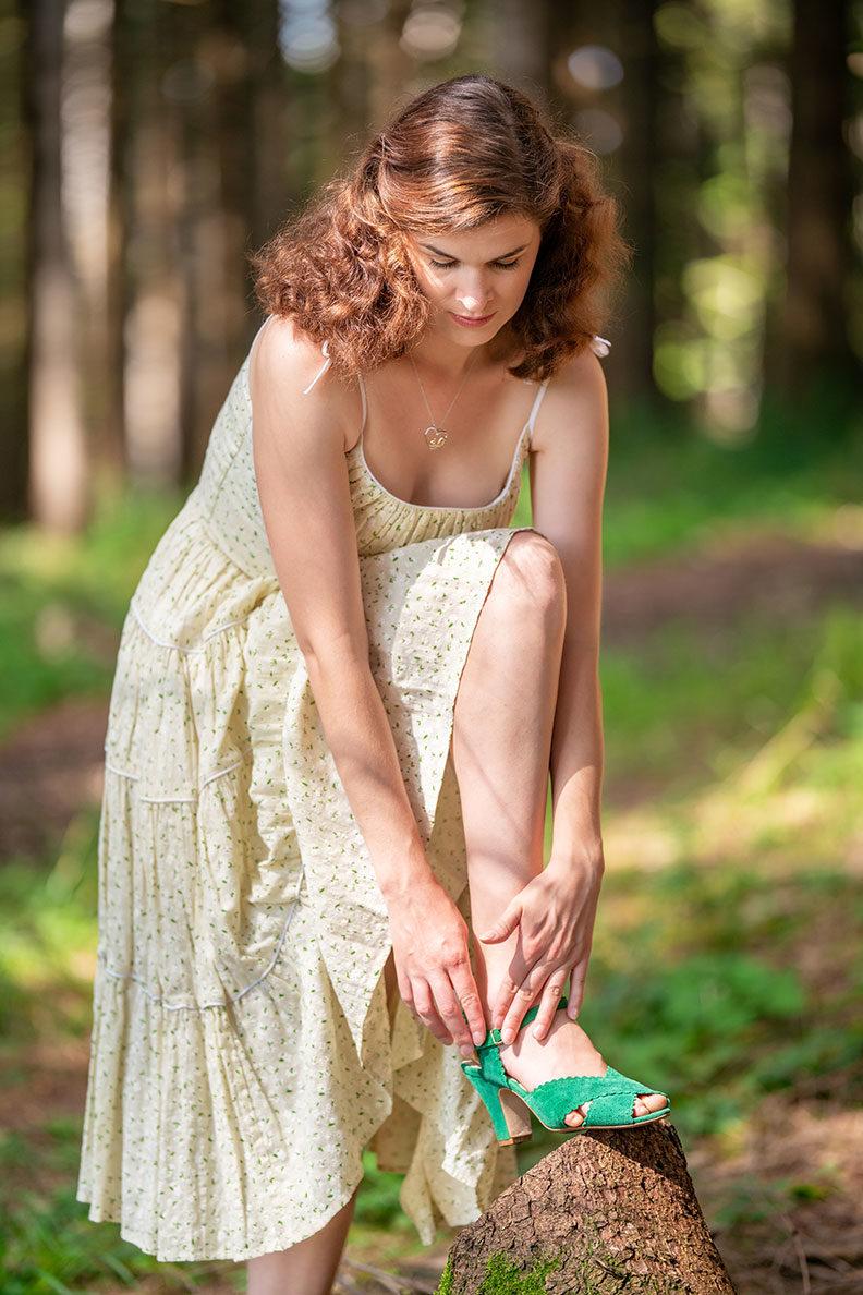 RetroCat mit einem Retro-Sommerkleid von Ginger Jackie und grünen Sandalen von Miss L-Fire