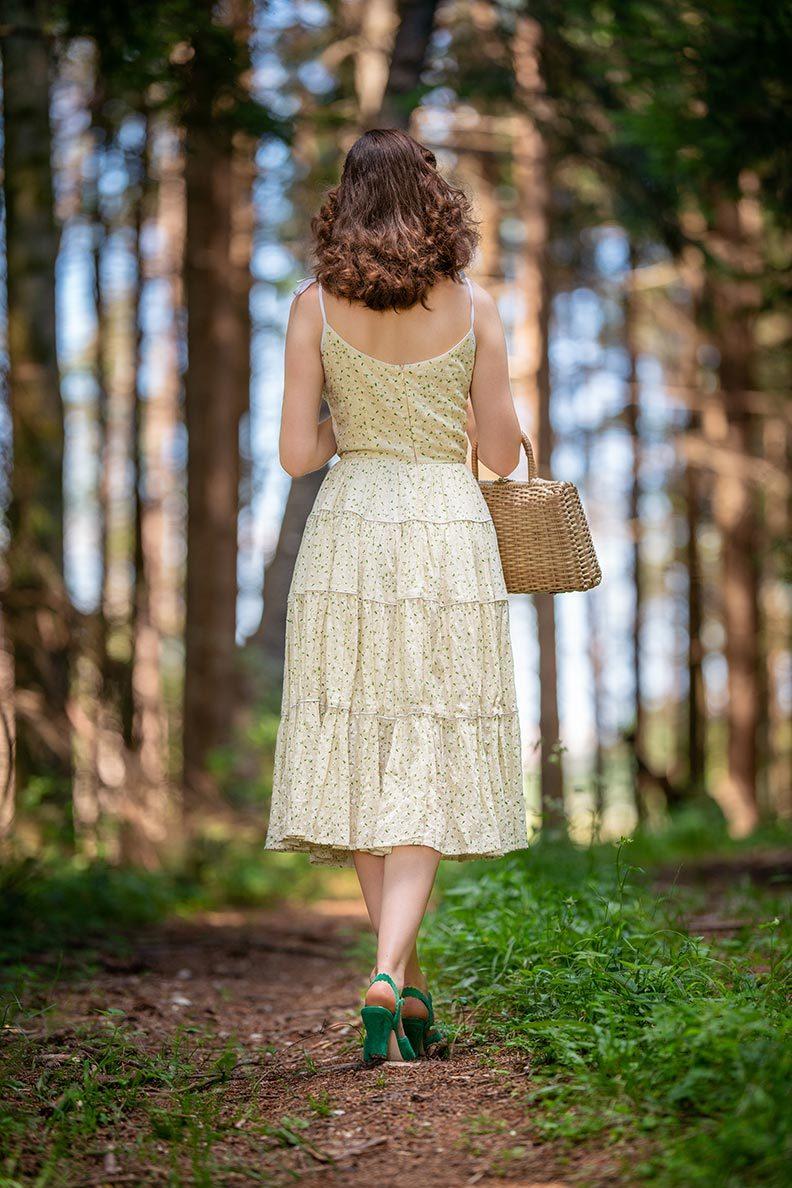 RetroCat in einem gelben Sommerkleid von Ginger Jackie bei einem Spaziergang im Wald