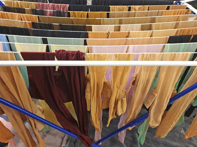 RetroCats gewaschene Nylons, Strümpfe und Strumpfhosen beim Trocknen auf einem Wäscheständer